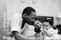 """""""Hay algo que debo decir a mi gente, que aguarda en el cálido umbral que lleva al palacio de la justicia [...] No saciemos nuestra sed de libertad tomando de la copa de la amargura y el odio. Siempre debemos conducir nuestra lucha en el elevado plano de la dignidad y la disciplina..."""" —Martin Luther King.  http://goo.gl/7VjKrj"""