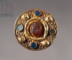 7th century round-shaped gold fibula, from tomb 57 at Castel Trosino, Italy. Goldsmith's art, Longobard civilization.