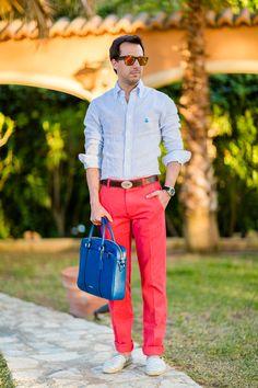 Crimenes de la Moda MenswearCamisa: Brooks Brothers Pantalones: Brooks Brothers Gafas: Visión 1 Alpargatas: KTW Bolsa: Coach Reloj: Tag Heuer