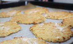 PERUNARIESKAT (noin 8-10 kpl) noin 4 dl perunamuusia 1,5 dl kaurahiutaleita noin 1 dl tummia Jytte-jauhoja (tai muita gluteenittomia jauhoja) 1 tl leivinjauhetta 1 dl kermaa/maitoa suolaa Taikina pitäisi olla koostumukseltaan paksun perunamuusin kaltaista.Paista 250 asteessa noin 12-15min.
