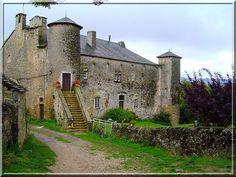 Le château de Buzareingues proche de Buzeins en Aveyron est une bâtisse modernisée durant plusieurs siècle. Le touriste attentif saura voir, dans de nombreux détails, une architecture médiévale défensive.