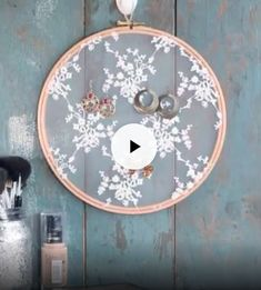Tambour DIY couture hack détourner un vieux tambour à brode Drum DIY Sewing Hack distract an old embroidery drum to create a … - Crafts For Christmas Cool DIY projects with embroidery hoops This simple painting technique yields colorful results w Cute Crafts, Crafts To Do, Diy Projects To Try, Craft Projects, Ideas For Projects, Diy Ideas, Creation Deco, Crafty Craft, Diy Art
