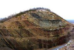 El corte de la roca Sideling Hill es famoso por su impresionante pantalla geológica, dejando al descubierto las capas de rocas sedimentarias plegadas en un amplio sinclinal.  Read more at http://www.geologyin.com/2016/09/10-amazing-geological-folds-you-should.html#j66PSHd1aXO0ERhA.99