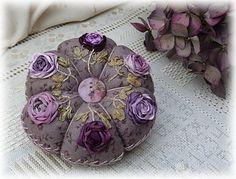 Coussinets aux roses  de Cécile Franconie (Facile Cécile), réalisé par Petits points au jardin