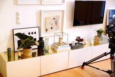 Vi beställde en mässingskiva till tre klassiska Ikea-mediabänkar. Som fick löpa längst med hela. Det blev så bra och kostade 1600 : – Perfekt om du är ute efter en ny look. Skivan blir nästan som ett smyckesskrin för alla dina dekorationer.