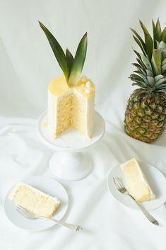 Gerolltes Ananas-Kokos-Törtchen mit fruchtiger Ananas-Füllung und italienischer Baiser-Buttercreme Pineapple, Bakery, Blog, Favorite Recipes, Fruit, Sweet, Party, Desserts, Meringue