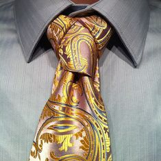 Three Exotic Necktie Knots to Try: The Eldredge Knot, The Trinity Knot, and The Cape Knot - Neatorama Tie A Necktie, Necktie Knots, Eldredge Knot, Trinity Knot, Tie And Pocket Square, Pocket Squares, Gentleman Style, Dapper Gentleman, Well Dressed