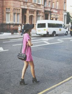Casual T shirt dress with a cross body clutch, ankle booties ad a floppy hat. City casual.