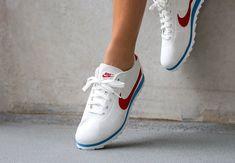 Découvrez une nouvelle déclinaison de la Nike Cortez, une version à l'empeigne perforée blanche et avec un Swoosh rouge (homme & femme).