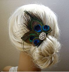 Wedding Peacock Eye Feather Fascinator, Bridal Hair Clip or Brooch Pin, Vintage Style Rhinestone -- ANGELA -- Hair Clip {like the peacock idea} Fascinator Hairstyles, Fascinator Hats, Peacock Hair, Peacock Feathers, Peacock Colors, Feather Hair, Vintage Hairstyles, Wedding Hairstyles, Feathered Hairstyles