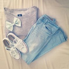 grey sweater jeans converse ✓