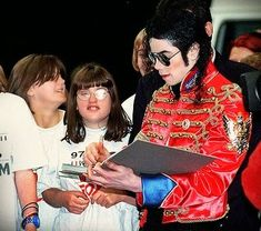 O evento beneficente em prol do ''Variety Club Sunshine Coach'' Mike Jackson, Mj Kids, Michael Jackson Quotes, Coach, History Books, Beautiful Soul, Charity, Sunshine, Handsome