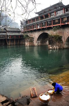 Washing clothes by the river -- Phoenix Ancient Town (Feng Huang Gu Cheng), Hunan Province, China 湖南 鳳凰古城 Beijing, Shanghai, The Places Youll Go, Places To See, Laos, Vietnam, China People, China Architecture, Foto Art
