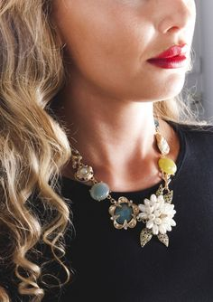 White Pearl Floral Statement Necklace 23,90 € #happinessbtq