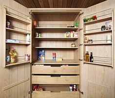 Keuken in eik met voorraadkast.