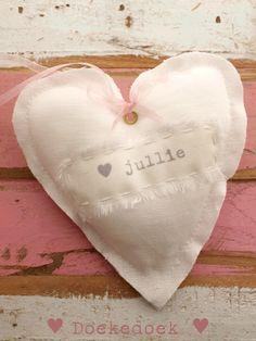 Linnen hartje 'hou van jullie'. Linen heart 'love you'.  Handmade by ♥ Doekedoek ♥