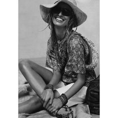 'Boho Chic' is one of my all-time favorite, go to looks. Beautiful prints, flowing fabrics, and accessories for days. Hippie Chic, Hippie Style, Boho Chic, Hippie Bohemian, Bohemian Style, Karen Elson, Look Boho, Summer Looks, Spring Summer Fashion