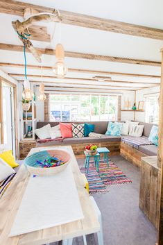 Bij deze de complete woonkamer van de Ibiza Lodge! Lekker kleurvol en ruim!  #woonkamer #interieur #styling #decoratie #stoerbuiten Caravan Conversion, Caravan Makeover, Trailer Interior, Ibiza Fashion, Mobile Home, Glamping, Beach House, Lisa, Furniture
