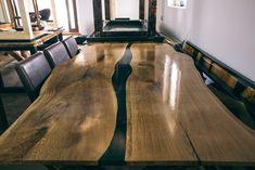 Masă din lemn masiv cu blat cu rășină epoxidică realizată de Rustic Ideea, București. Hardwood Floors, Flooring, Rustic, Modern, Home Decor, Atelier, Cabin, Wood Floor Tiles, Country Primitive