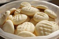 Aprenda a preparar bolacha de nata com polvilho (sem glúten) com esta excelente e fácil receita.  No TudoReceitas.com ensinamos você a preparar irresistíveis bolacha...
