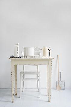 The pure kitchen styling by Femke Pastijn - via Coco Lapine Design Modern Kitchen Design, Interior Design Kitchen, Interior Decorating, Home Design, Kitchen Styling, Kitchen Decor, Modern Furniture, Home Furniture, Interior Design Inspiration
