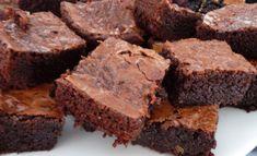 Suklaiset, sisältä mehevät brownie-leivokset ovat helppotekoisia ja taatusti maistuvia.