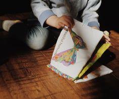 【はらぺこあおむし どこでもソフトブック】 赤ちゃんの大好きなソフトミラーやイチゴのティーザーが付いた楽しい仕かけ絵本は、赤ちゃんも大喜びです。