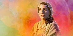 María mirando hacia arriba con ojos bien abierto