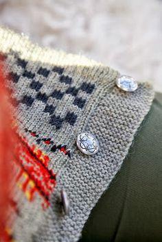 Livs Lyst: *HAUKELIKOFTE* Dere, Knit Crochet, Brooch, Knitting, Crafts, Folklore, Knits, Craft Ideas, Bright