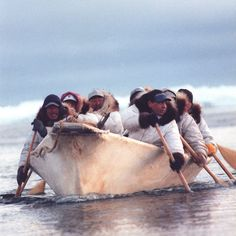An Umiak boat, used by the Yupik and Inuit people - Alaska . Alaska, Inuit People, Polo Norte, Inuit Art, Arctic Circle, People Of The World, First Nations, Way Of Life, Kayaking