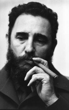 After 638 assassination attempts: Castro celebrates B-day - Fort Russ Fidel Castro, Che Guevara Images, Cuban Leader, Smoking Celebrities, Viva Cuba, Cigar Men, Cuban Cigars, Cienfuegos, Cigar Smoking