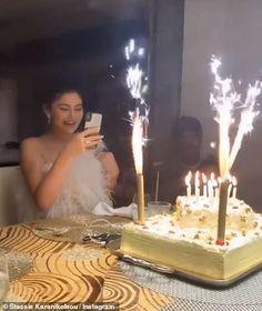 In Kylie Jenners Feierlichkeiten zum 22 Geburtstag Fans der Make-up-Mogul … Robert Kardashian, Khloe Kardashian, Kardashian Kollection, Kris Jenner, Kylie Jenner Look, Kendall Jenner, Singing Happy Birthday, 22nd Birthday, Teen Choice Awards