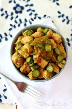 Bocconcini di pollo al curry e zucchine. Un piatto unico, colorato, profumato e molto saporito. Per un pranzo e una cena estiva allegra e leggera.