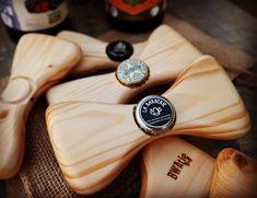 BWAmak - Noeud papillon en bois. À la fois chic et casual! Pour en connaître davantage sur les produits BWAmak, consultez leur profil Signé Local! Small Woodworking Projects, Wood Projects, Upcycled Crafts, Diy And Crafts, Bow Tie Theme, How To Tie Ribbon, Bois Diy, Wooden Bow Tie, Wood Gifts