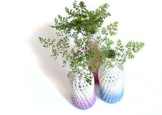 Free string crochet pattern for a decor glass bottle cover to create a vase suitable for home decor or events (cool idea for weddings, birthdays, etc)