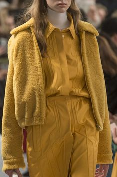 Tod'S at Milan Fashion Week Fall 2018 - Details Runway Photos Mustard Fashion, Yellow Fashion, Autumn Fashion 2018, Fall Fashion Trends, Milan Fashion, Coats For Women, Clothes For Women, Textiles, Inspiration Mode