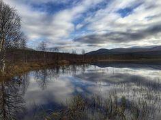Äkäslompolo lake in Finnish Lapland. Photo by Pekkajh @pekkajh #autumn #ylläs #lakeäkäslompolo #lapland #finland #birdwatching #nobirds #sky #clouds #tunturi #mountains #silence #calmlake #nowind #winteriscoming @visityllas @visitlapland @visitfinland #filmlapland #arcticshooting