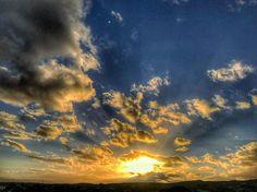 Domani mattina alle sei Giove bacerà Venere.  Per conquistarla ha iniziato a prepararsi il terreno con il tramonto di stasera il romanticone.  __________________________________ #Sardegna #sky #sunset #amazing #skyporn #goldenhour #blue #beautiful #sardinia #nature #sardinien #cloudporn #today #autumn  #mothernature  #instacool #instago #all_shots #windy #clouds