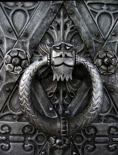 Door knocker at Castle Haarzuilen, Utrecht, NL. Cool Doors, Unique Doors, Door Knobs And Knockers, Door Detail, Door Accessories, Door Furniture, Iron Work, Door Locks, Blacksmithing