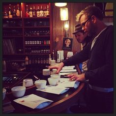Nov. 2013. 一通りカッピング終わった後のおまけセッション。といってもブラジル4種、ブルンジ4種によるおまけとはとても言えないゴージャスなカッピング。氏曰く、未だ自分もどうローストするか決めてないので参加者、皆の意見を聞かせて欲しいとのこと。ブルンジの珈琲の魅力を教えてくれた貴重な体験だった。#coffee #shop #cupping #japan #tokyo #tomigaya