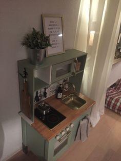 A FAire! 1:Mettre crochet sur le coté pour accesoire. 2:Mettre papier paint bois sur la cuisinette. 3: vase + plante 4: cadre menus 5: poigné four