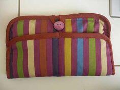 Her rengi içinde bulunduran bir el çantası