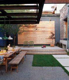 mooi voor de tuin, combinatie van hout, gras en strakke tegels.