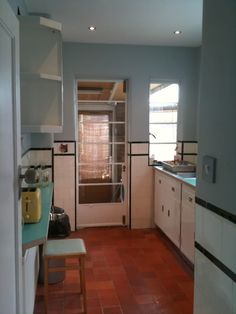 A sympathetically renovated kitchen in a semi-detached house in north London. The newly-restored Paul Metalcraft units work well with the original wall and floor tiles. 1930s Kitchen Extension, Kitchen Extension Layout, Kitchen Layout, Art Deco Kitchen, Vintage Kitchen, 1930s Semi Detached House, 1930s Home Decor, 1970s House, Villa