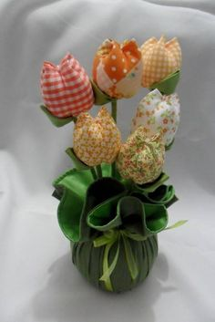 peso-de-porta-vasinho-tulipa Flower Crafts, Diy Flowers, Fabric Flowers, Tree Of Life Painting, Diy And Crafts, Arts And Crafts, Fabric Flower Tutorial, Shabby Chic Crafts, Fabric Toys