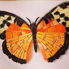 No photo description available. Ceramic Mosaic Tile, Mosaic Diy, Mosaic Garden, Mosaic Crafts, Mosaic Projects, Mosaic Glass, Butterfly Mosaic, Mosaic Flower Pots, Mosaic Birds