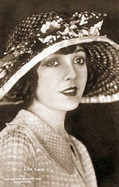ARCADE CARD – MOVIE STAR – LILA LEE – IN BIG-BRIMMED FLOWERED HAT - 1920s
