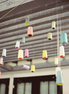 Instalación con bovinas de hilo de colores