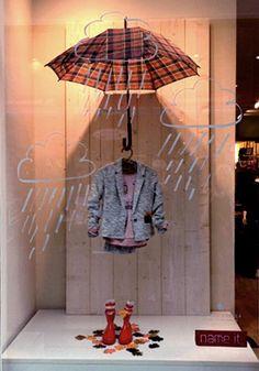 Visual Merchandising: Dit houdt in dat je je winkel en producten op een bepaalde aantrekkelijke manier presenteert. Zoals hiernaast op de afbeelding in de etalage.