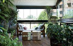 Pisos de madeira são fáceis de instalar em varandas e podem ser montados sem reformas. Este foi colocado e envernizado em dois dias. Projeto do paisagista Odilon Claro.
